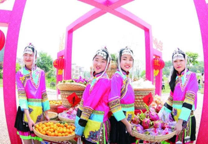 在赤岭畲族乡畲族少年展示丰收情景。