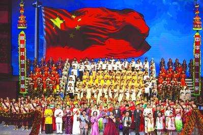 晚会尾声,人们用雄壮的歌声,为祖国送上祝福。.jpg
